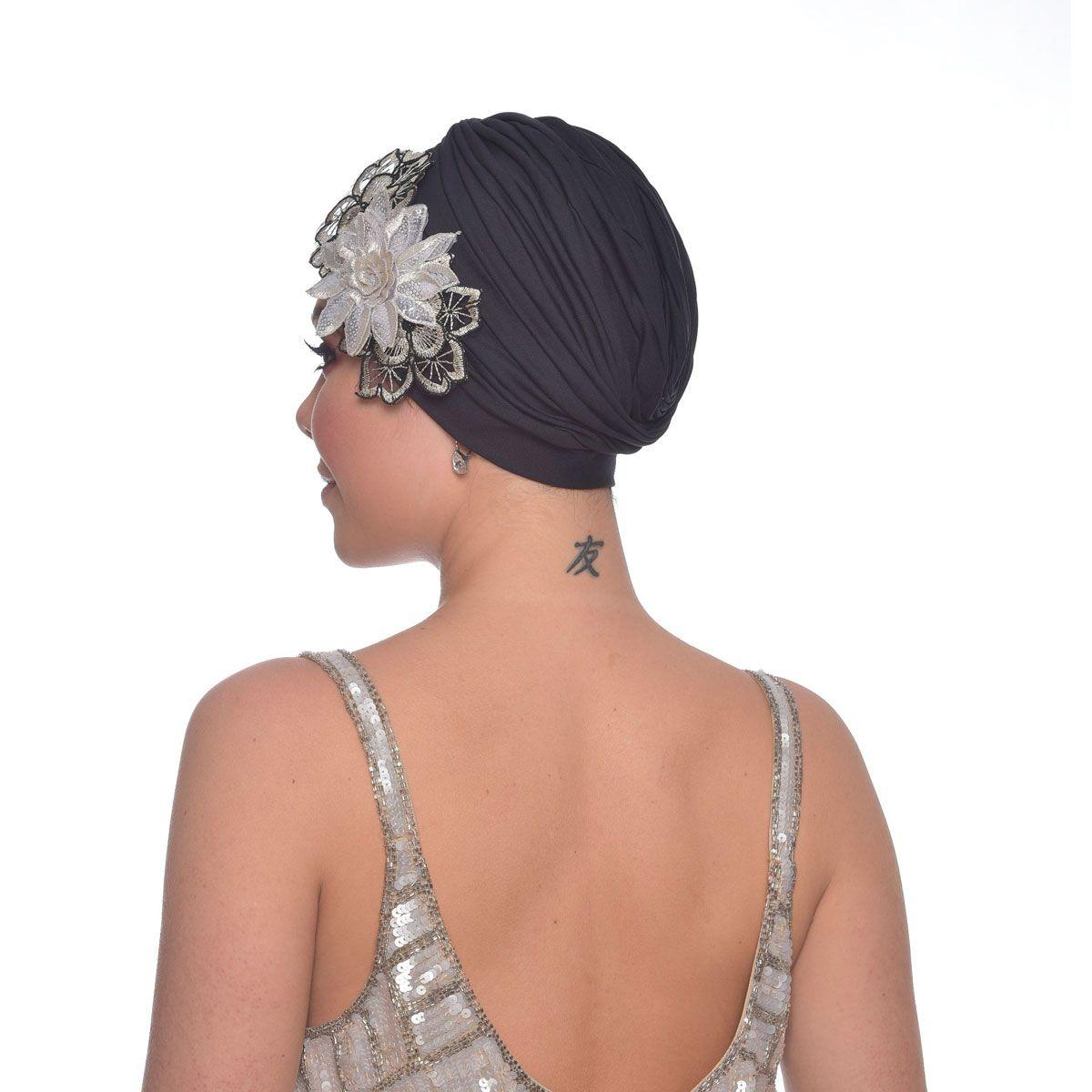 Turbante Feminino Drapeado com Aplique em Flores Triplo