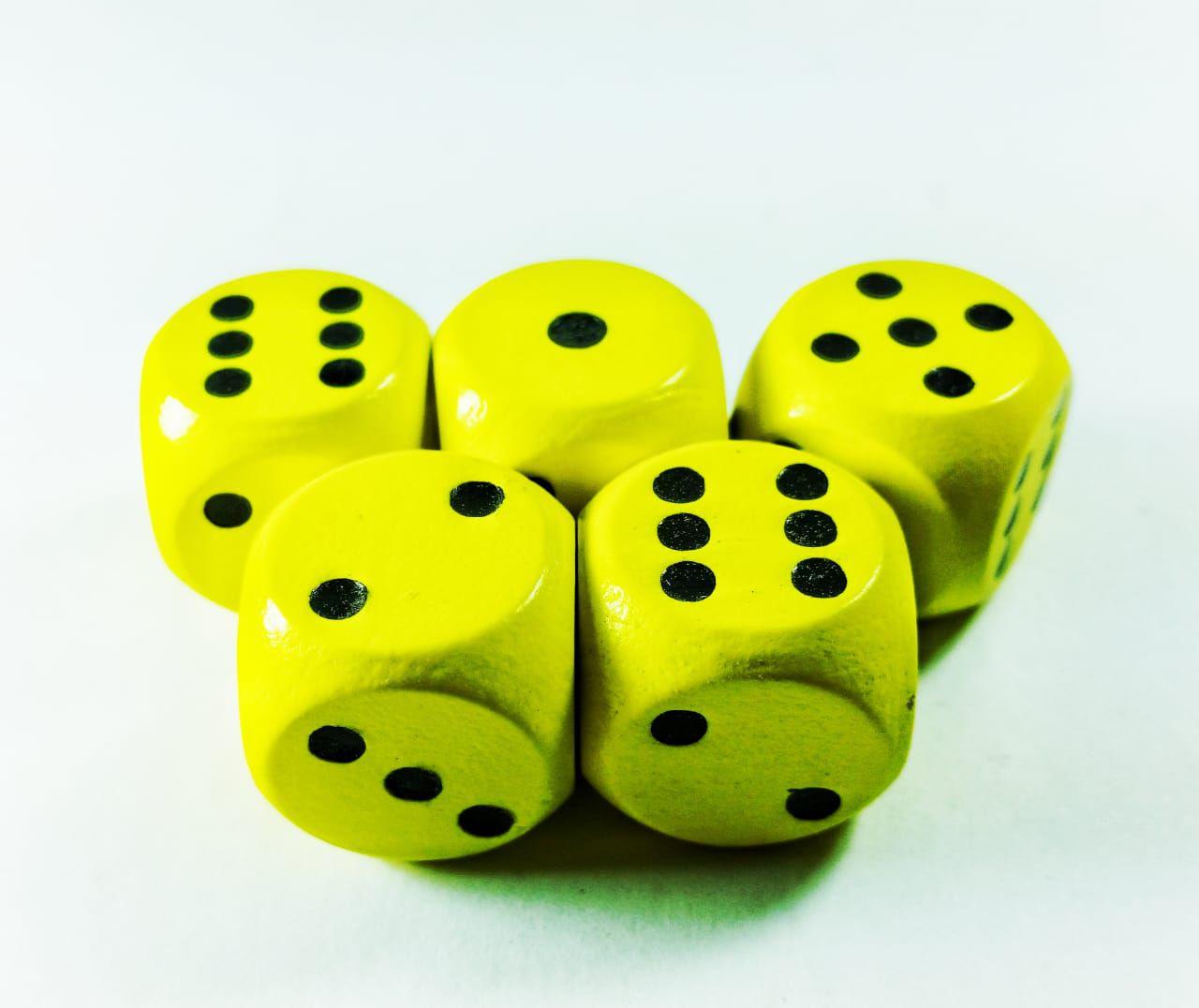 Conjunto 5 dados de madeira D6 amarelos 1,5cm  - Place Games