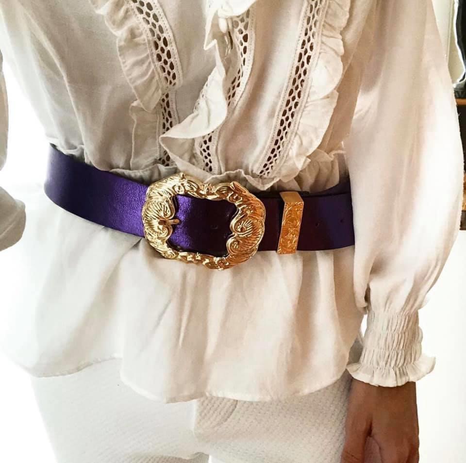 Cinto de Couro Roxo Metalizado  com fivela Arabesco  dourada e ponteira - 4 cm - Feminino