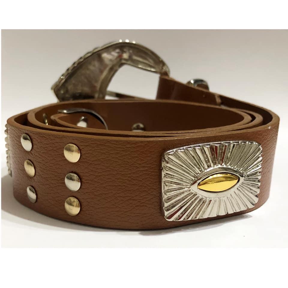 Lançamento - Cinto de Couro Caramelo étnico com apliques dourado e prata  de medalha  - 3,5 cm - Feminino