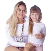 Kit Mãe e Filha Blusas FICALINDA Brancas Manga Longa Decote Canoa EVASÊ