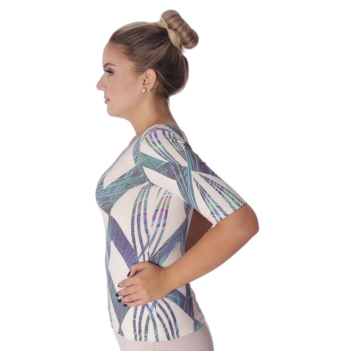 Blusa Feminina com Proteção Solar UV Meia Manga Estampa Geométrica Exclusiva Azul com Penas de Pavão Decote Canoa