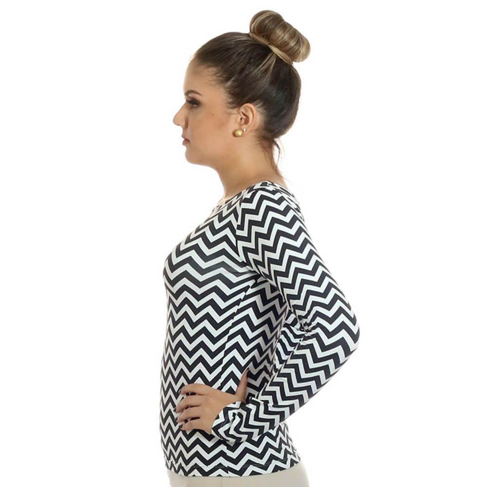 Blusa Feminina com Proteção Solar UV Estampa Zig Zag Preto e Branco Decote Canoa