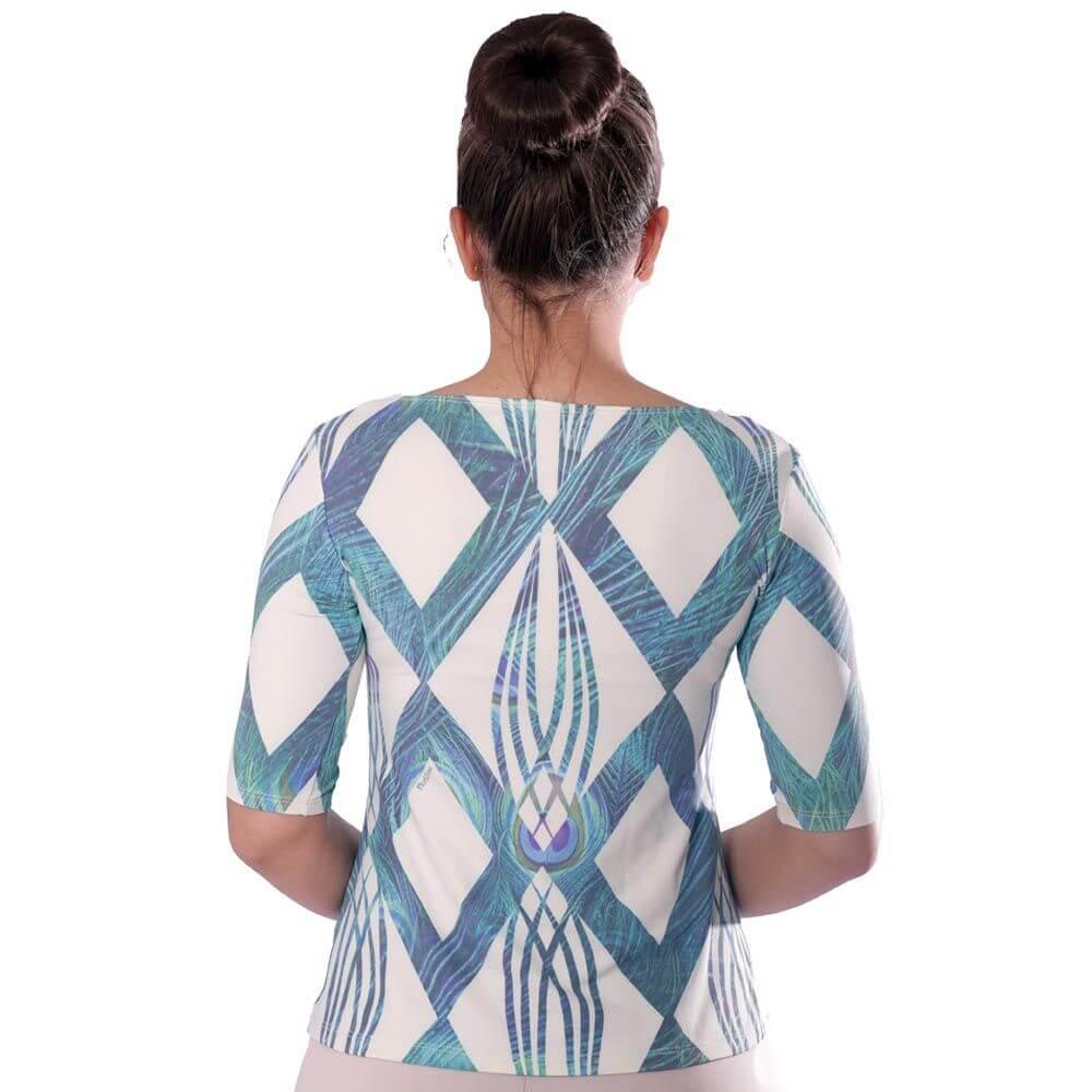 Blusa Feminina com Proteção Solar UV Meia Manga Estampa Geométrica Exclusiva Azul com Penas de Pavão Decote Canoa Evasê