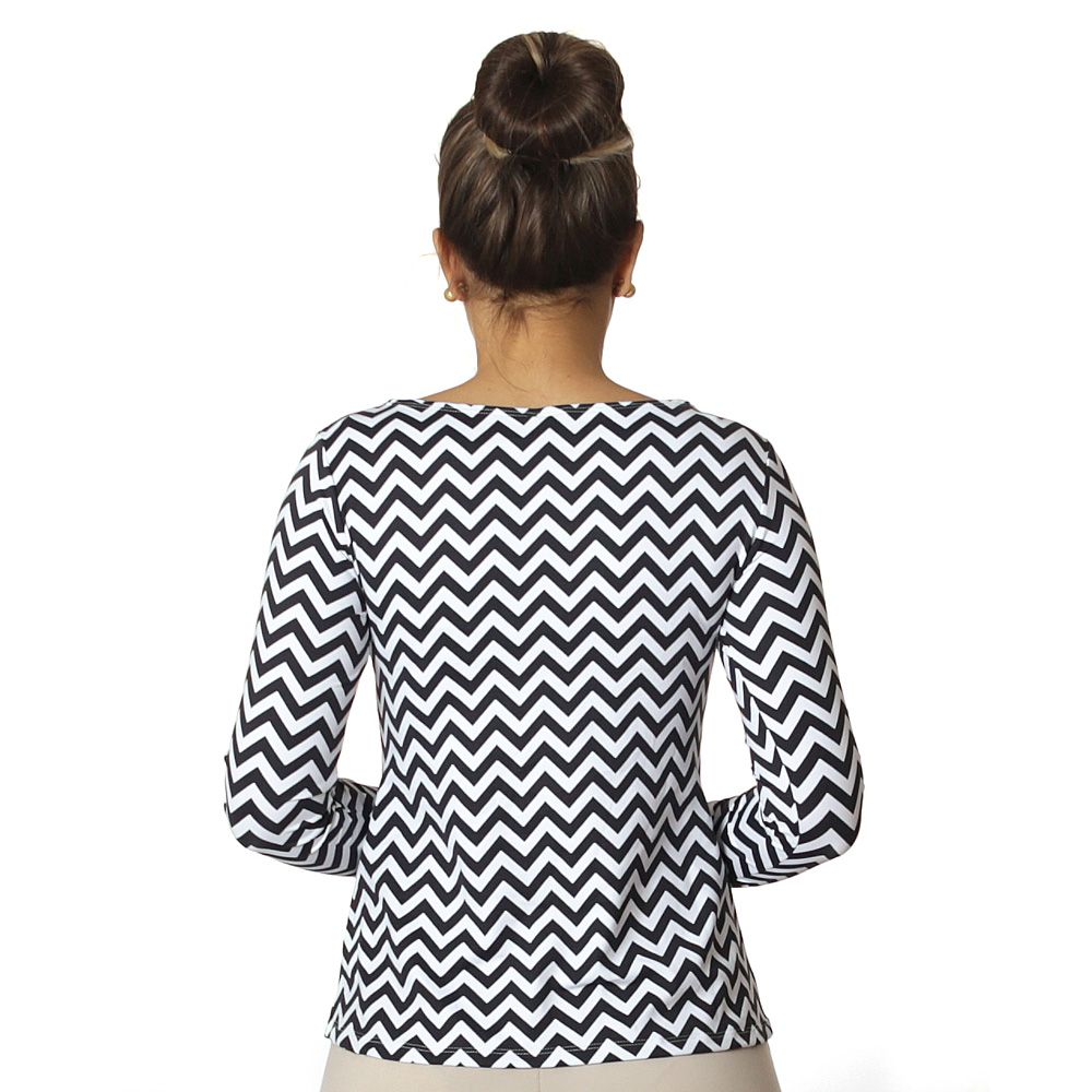 Blusa Feminina Manga Longa com Proteção Solar UV Estampa Zig Zag Preto e Branco Decote Canoa Evasê