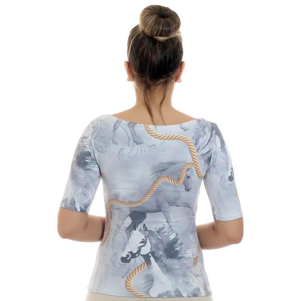 Blusa Feminina Proteção Solar UV Meia Manga Estampa Exclusiva Selaria com Desenho de Cavalo Decote Canoa