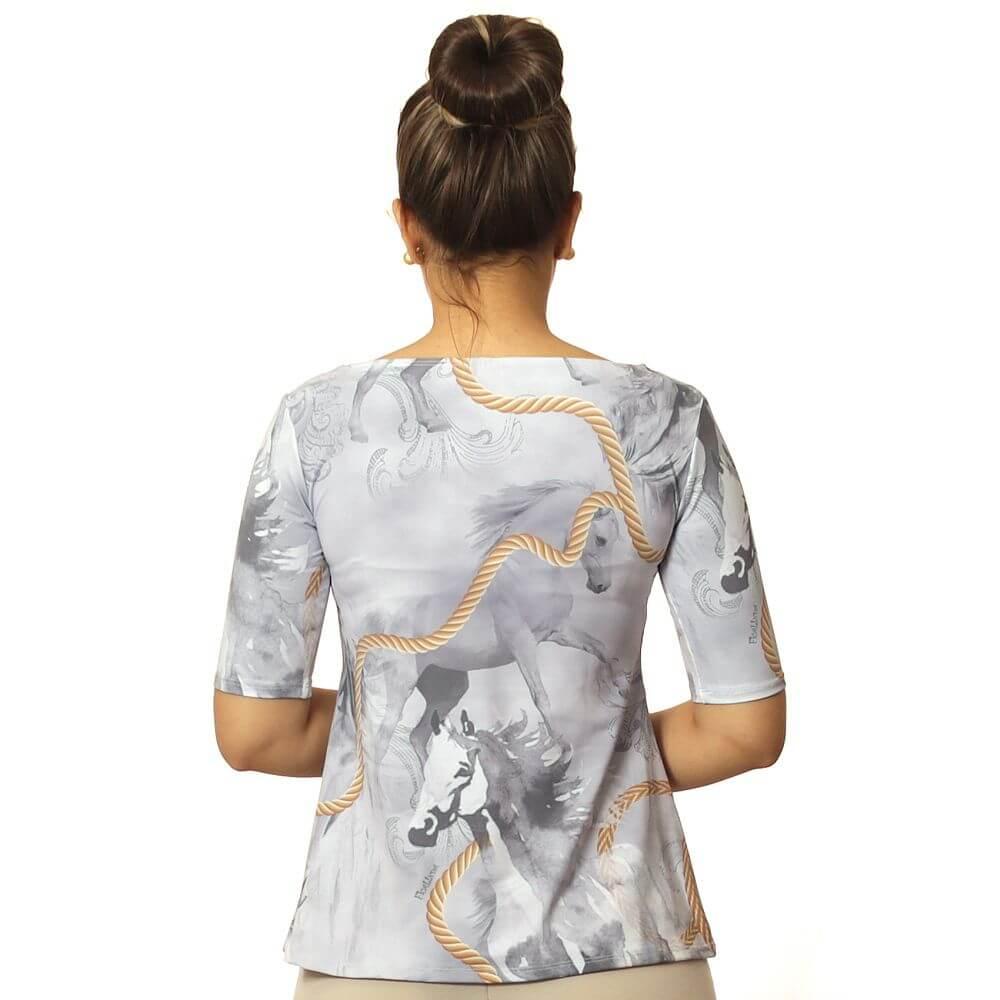 Blusa Feminina Proteção Solar UV Meia Manga Estampa Exclusiva Selaria com Desenho de Cavalo Decote Canoa Evasê