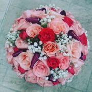 Buquê de noiva redondo com rosas e cetim
