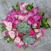 Buquê de noiva redondo descontruído com rosas e suculentas