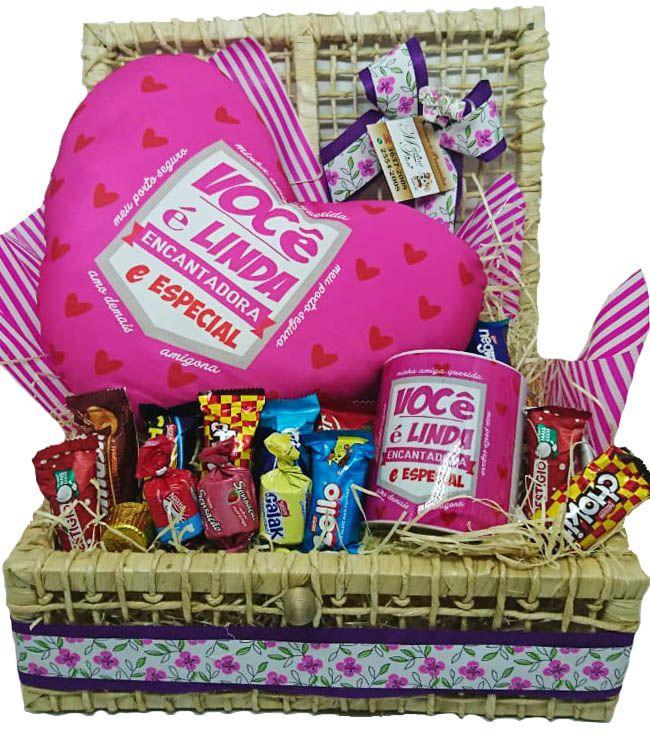 Baú Almofada Coração Você é Linda com Caneca e Chocolates