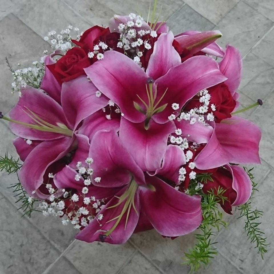 Buquê de noiva redondo de lírios e rosas