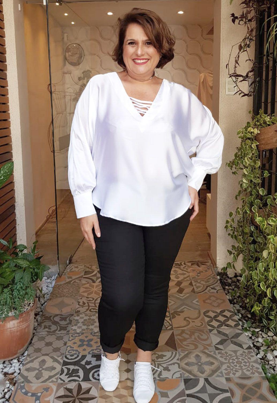 Blusa Branca Plus Size Com Punho Largo e Detalhe No Decote