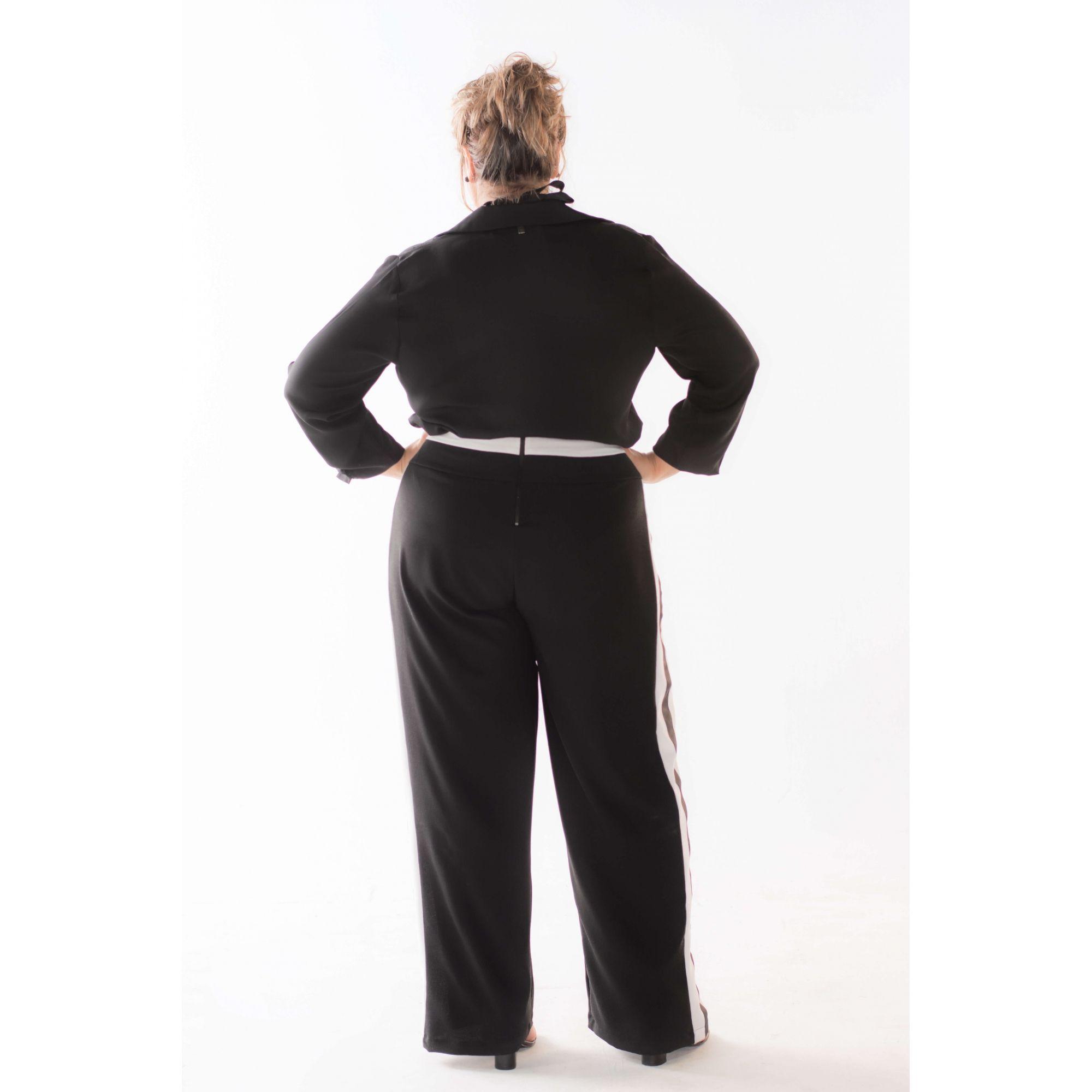 Calça Plus Size com Leve Flare Esportiva Crepe Preta