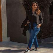 Calça jeans plus size costura na frente e abertura na barra