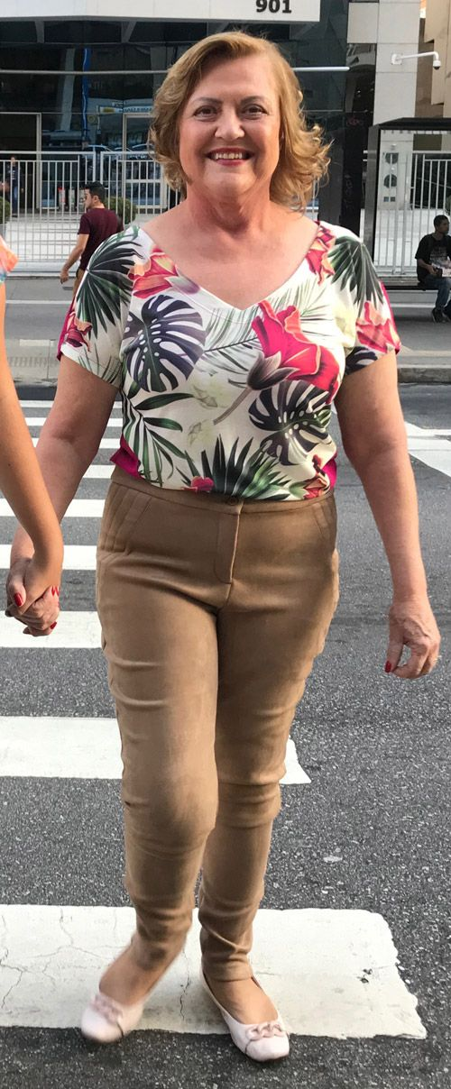 Blusa plus size de malha estampa folhas