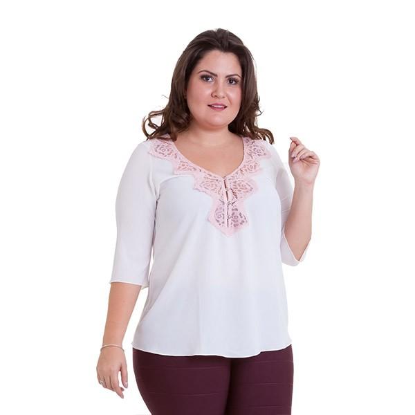 Blusa plus size em crepe com renda no decote