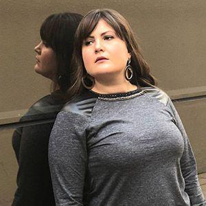 Blusa manga longa com couro nos ombros e bordado na gola