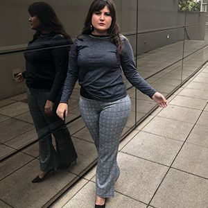 Blusa manga longa plus size com couro nos ombros e bordado na gola