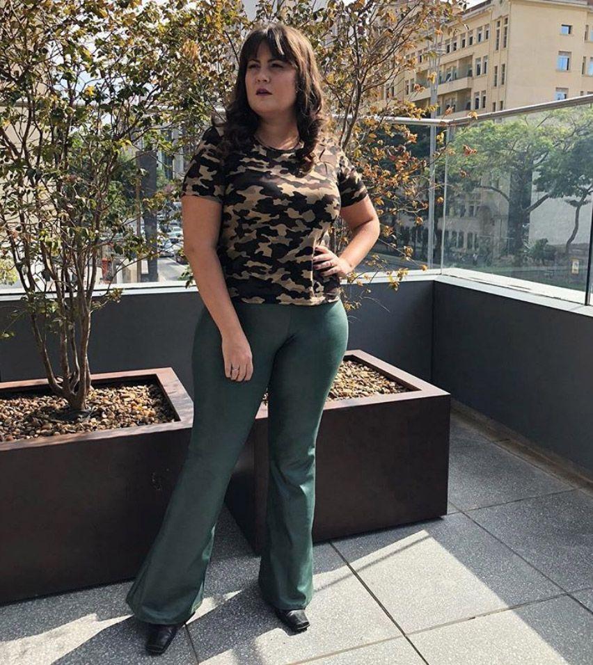 Calça plus size flare de cirré verde militar