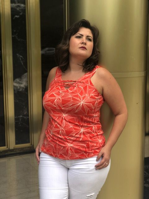Regata plus size decote V com tiras