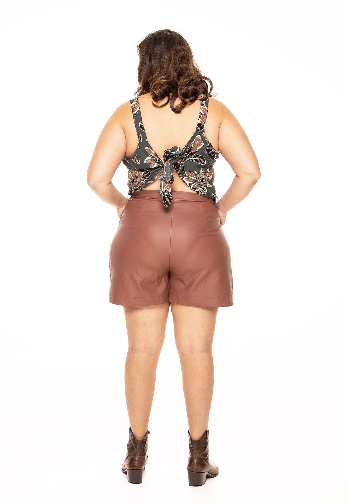 Shorts plus size em couro marrom