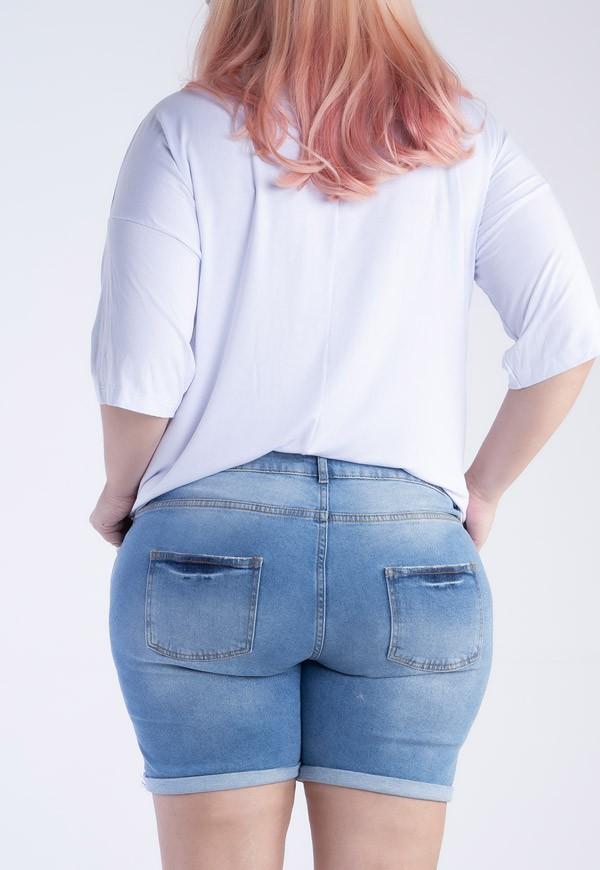 Shorts plus size jeans com puídos