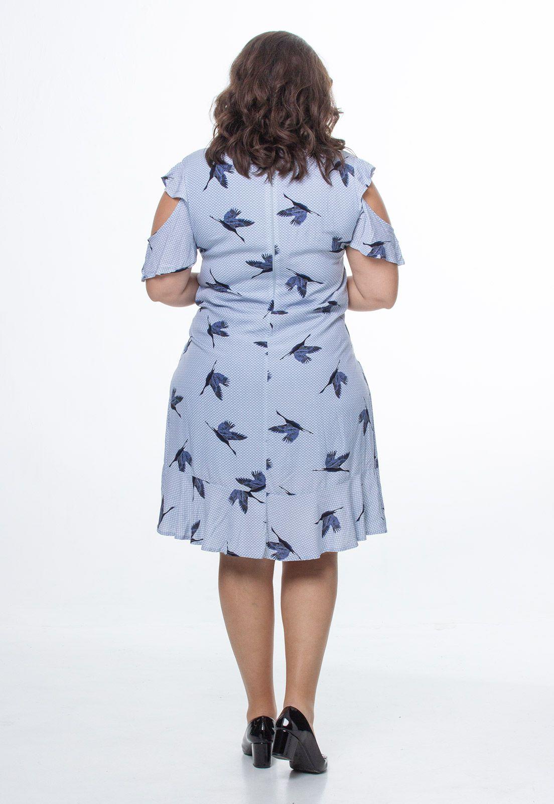 Vestido com recorte no ombro pássaros plus size