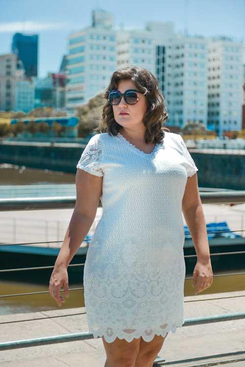 Vestido de renda com bordado em pérolas plus size