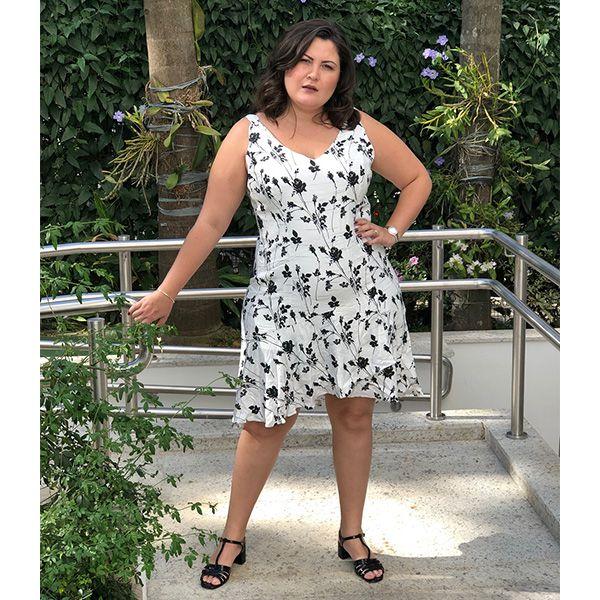Vestido plus size de alcinha P&B estampa floral