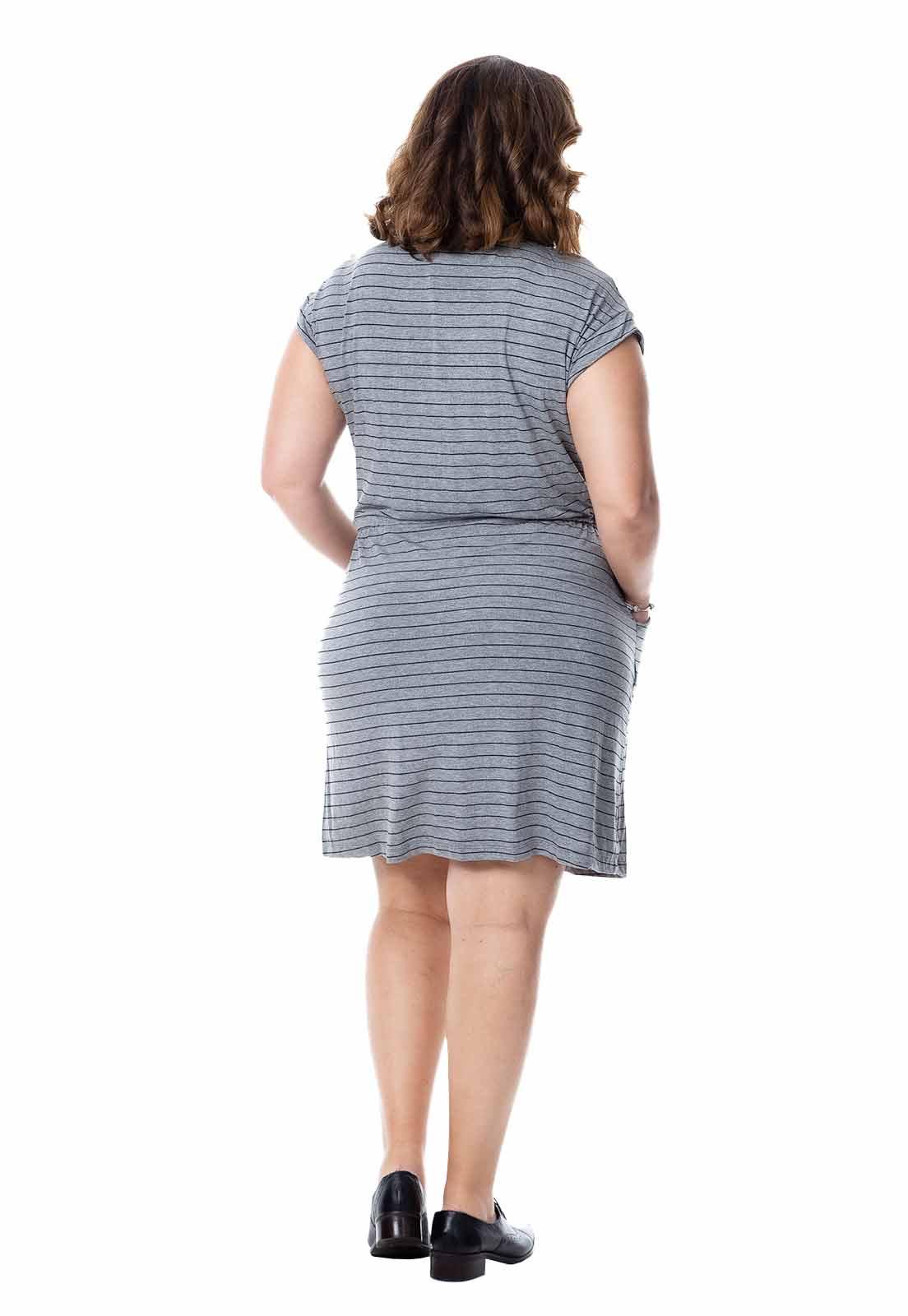 Vestido plus size listrado com amarração na cintura