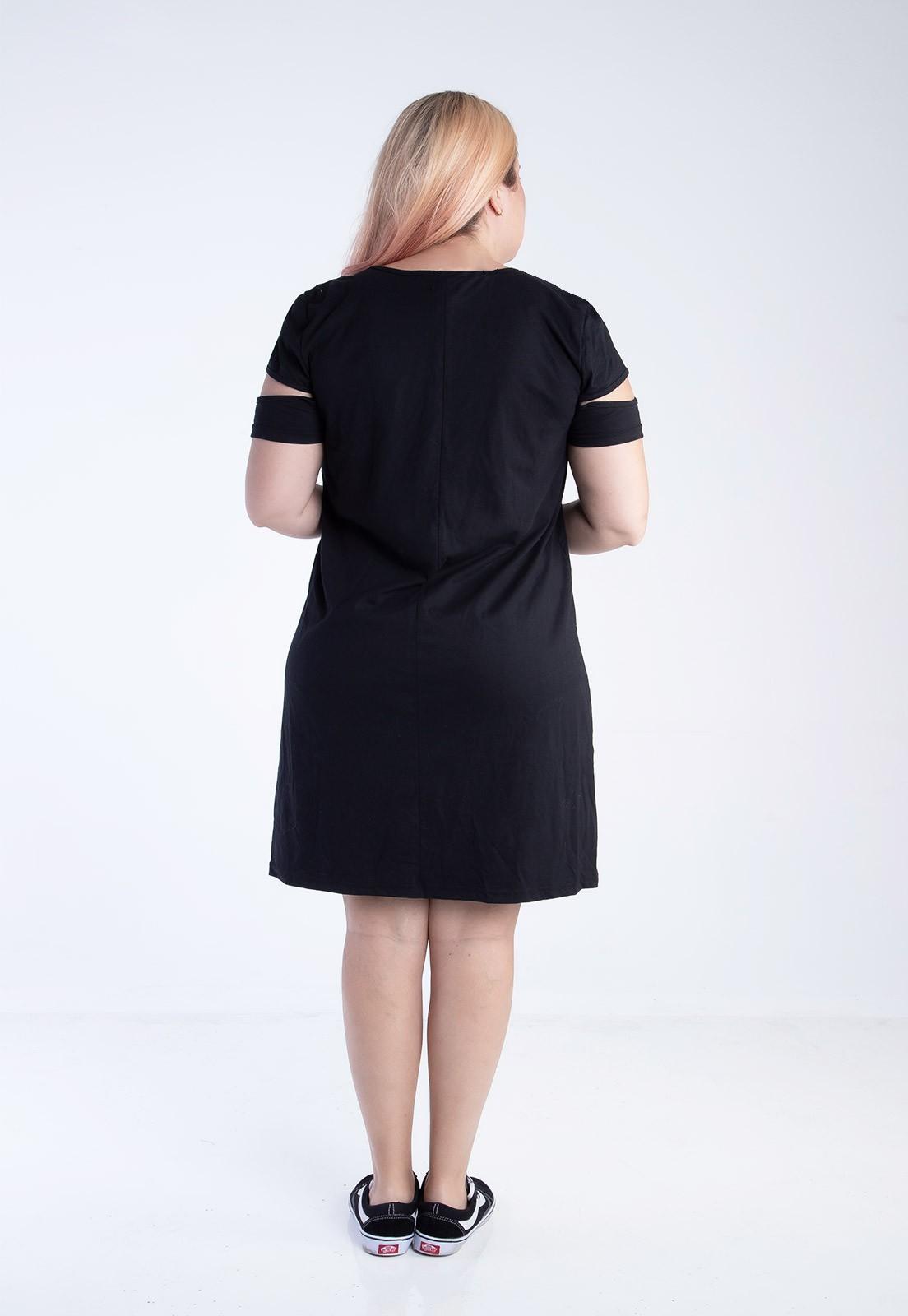 Vestido plus size preto com recortes no braço