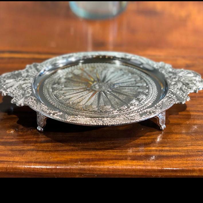 Bandeja, suporte 40,5 cm de zamac prateado com alça e pé Lyor - L3728