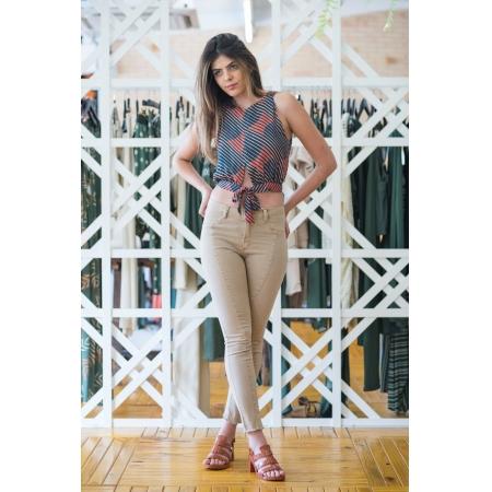Calça Feminina Jeans Color Skinny com Recorte Frontal