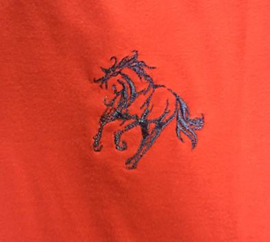 ddbf706dcc ... Camisa polo tamanho P vermelha com detalhes azul marinho com bordado  cavalo galopando - Mania de ...