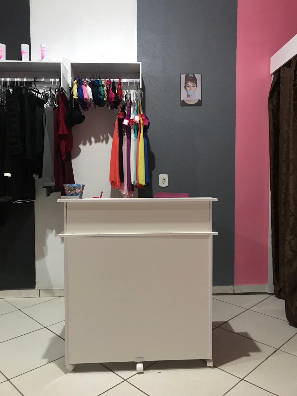 LOJA DE ROUPA COMPLETA COM PROVADOR DUPLO, 3 COLMÉIAS, BALCÃO DE ATENDIMENTO E ARARA DE PAREDE - SUPER PROMOÇÃO