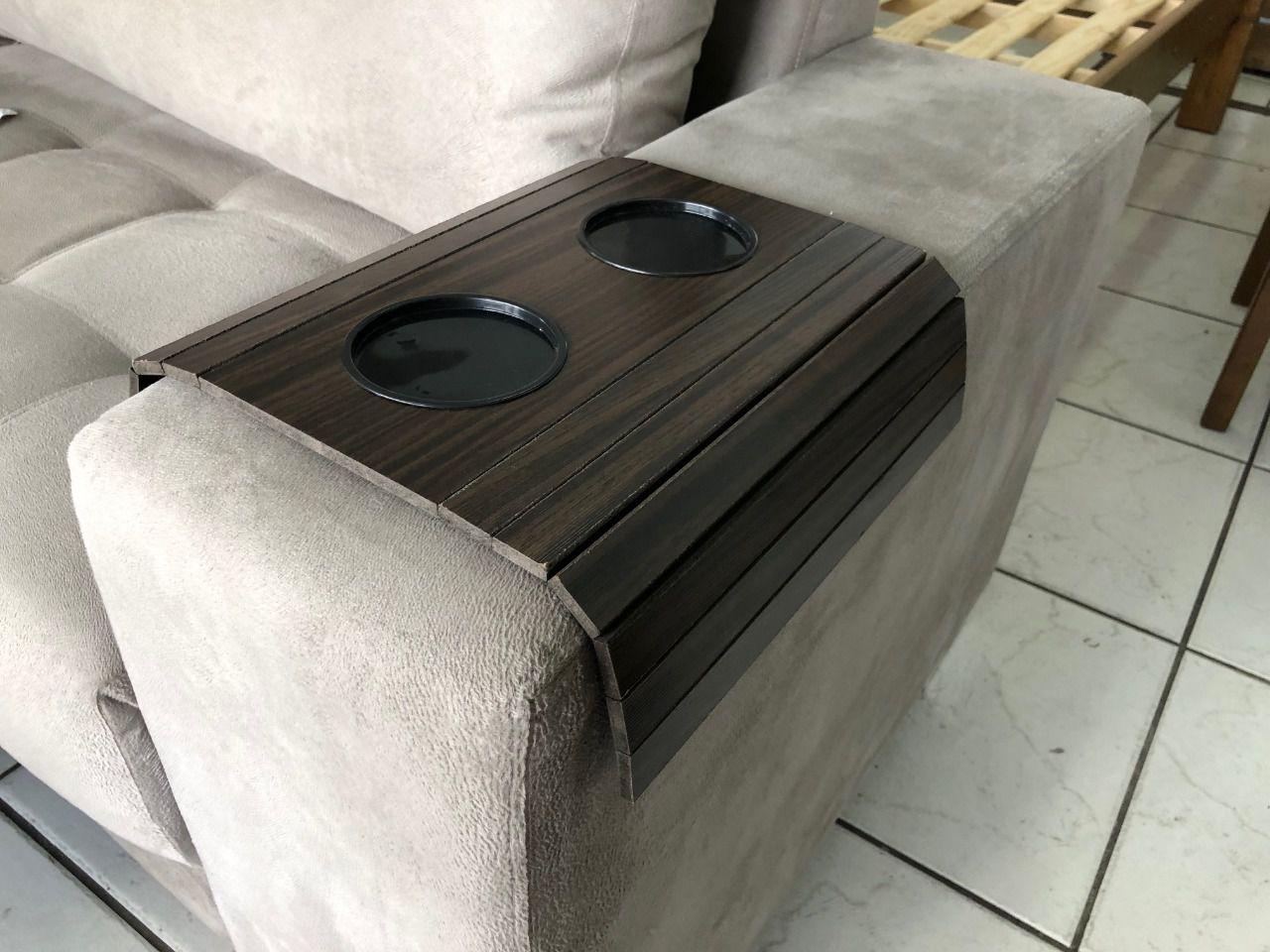 Bandeja Para Braço De Sofá Flexível Com Porta Copos Cor Tabaco DM Interiores