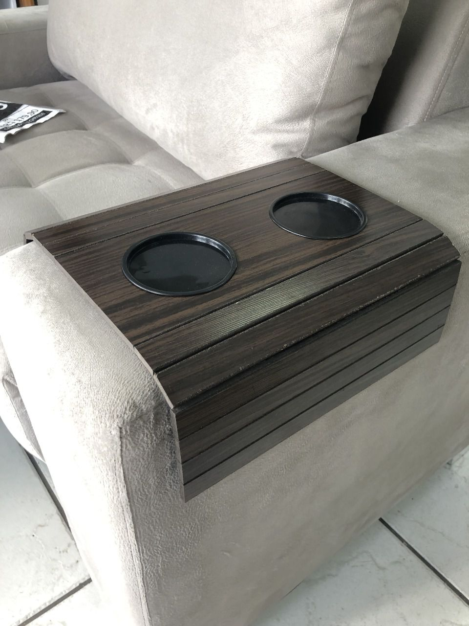 COPY-2-Bandeja Para Braço De Sofá Flexível Com Porta Copos Cor Tabaco DM Interiores