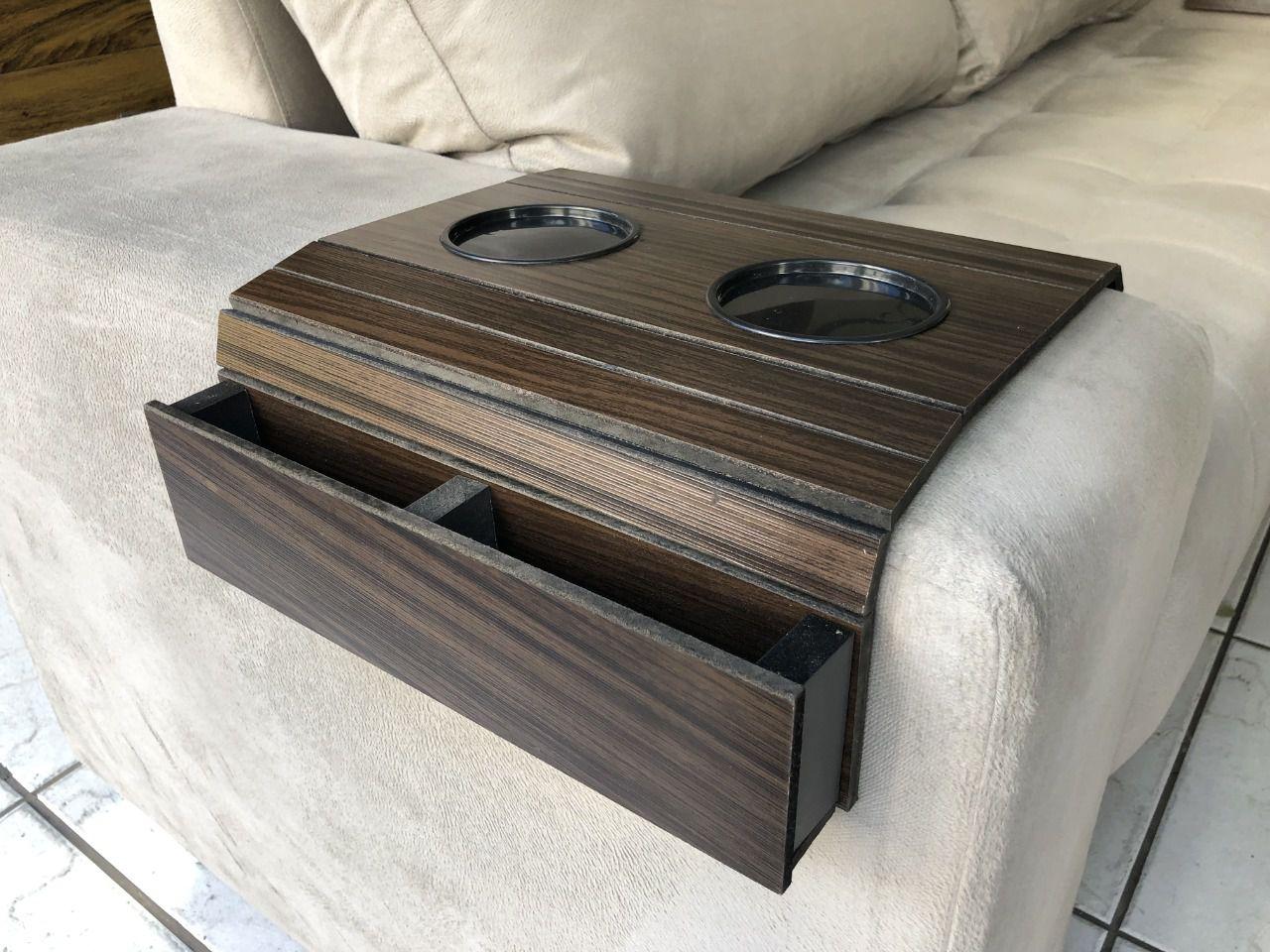 COPY-37-Kit 2 Bandejas Para Braço De Sofá Flexível Com Porta Copos Cor Tabaco DM Interiores