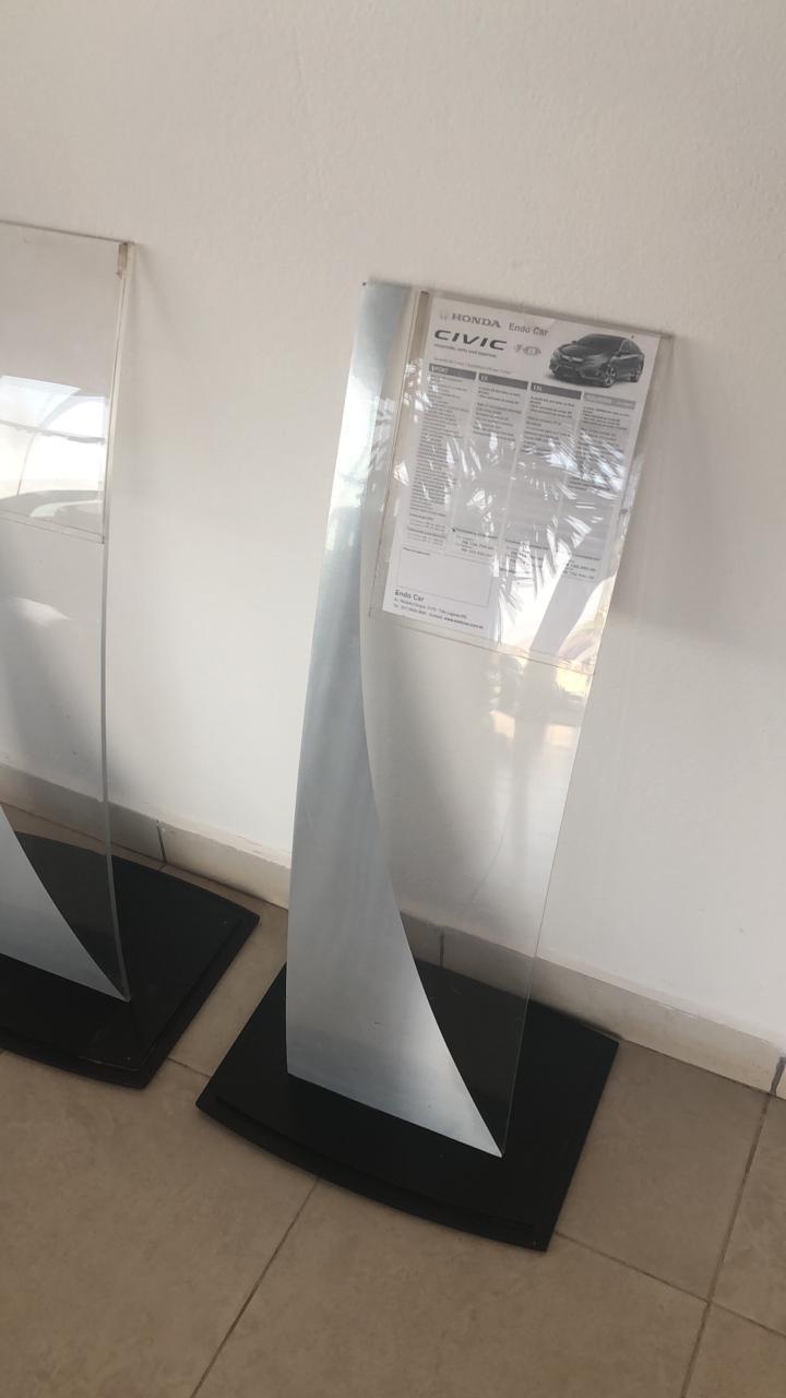 Porta Folder Acrílico Cristal 8mm Base Acrilico Preto Adesivo Aço Escovado - Maki
