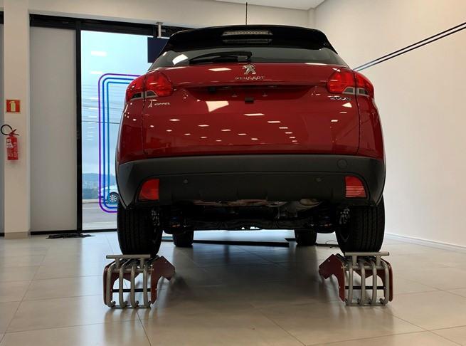 Rampa Expositora Para Carros 30cm de Elevação Capacidade 3.000Kg (Par) Maki - Ref. 14 - Laterais em madeira personalizada