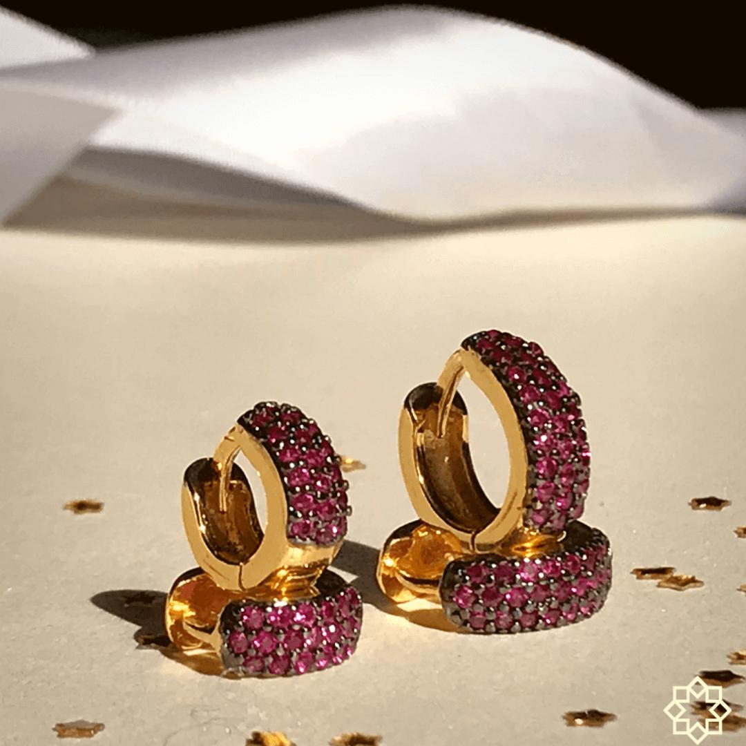 Conjunto Brinco de Argolas Primeiro e Segundo Furo zirconias rubi banhado em ouro 18k