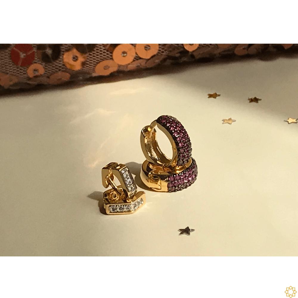 Conjunto Brinco de Argola Primeiro e Segundo Furo zirconias rubi com argolinha losango banhado em ouro 18k