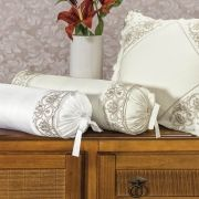 Rolinho Decorativo Avulso Bordado Algodão 400 Fios Versalles Palha - 50cm x 25cm