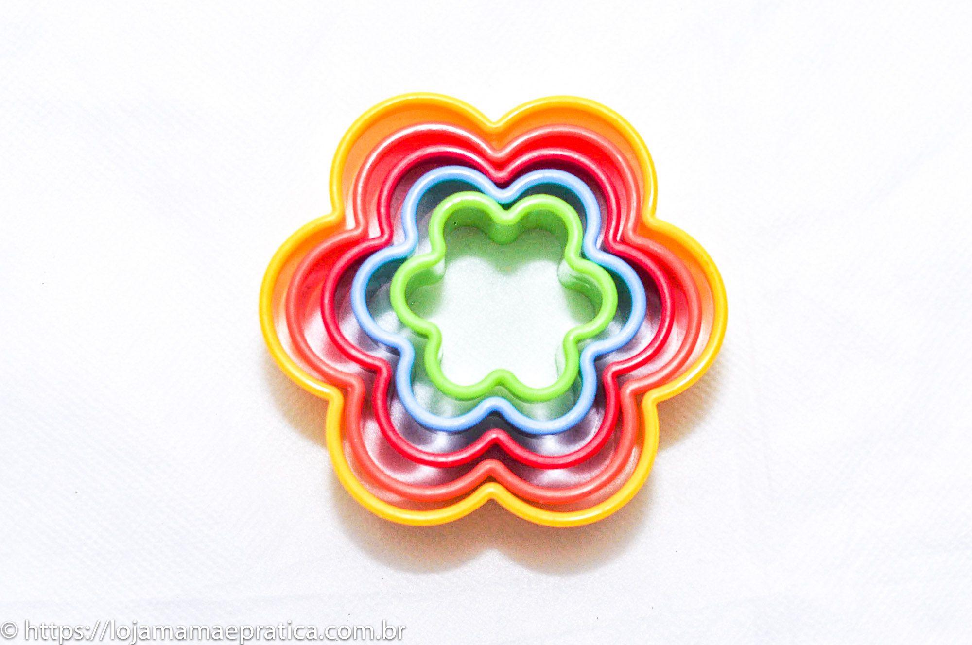 Conjunto de cortadores coloridos formato floral - 5 peças - com estojo