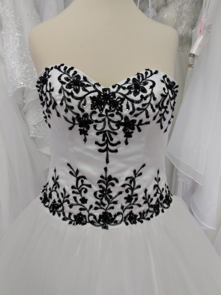 Vestido Princesa Branco Detalhes Preto