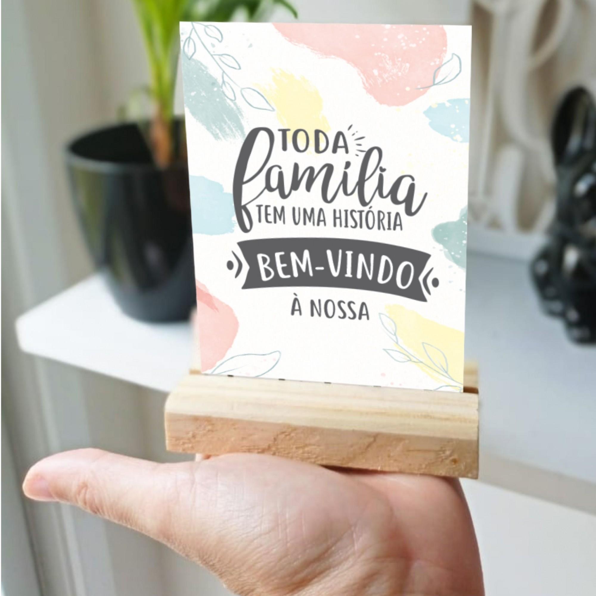 Plaquinha de Mesa - Toda família tem uma história. Bem-vindo à nossa