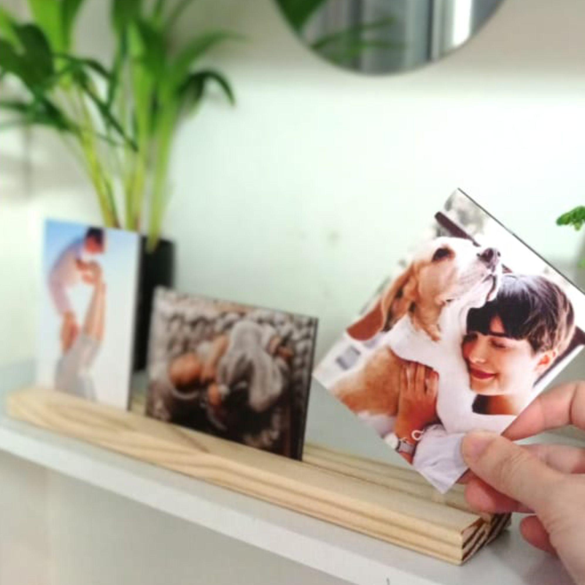 Porta retrato de madeira - com três fotos