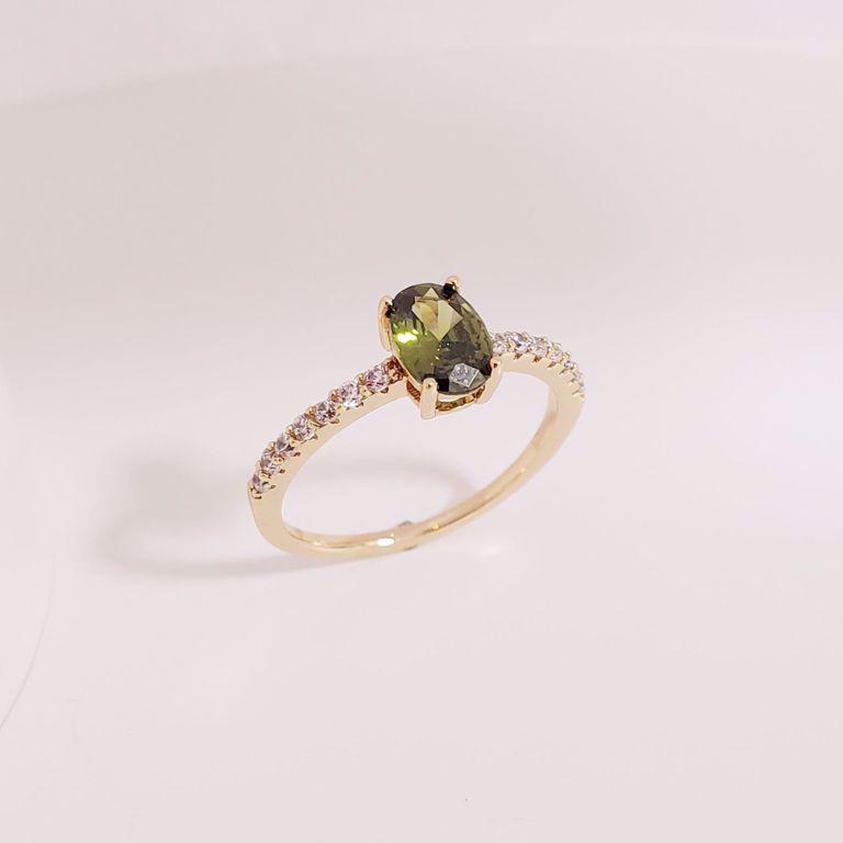 Anel Solitário Zircônia no Aro e Oval Cristal Verde no Banho Ouro 18k Semijoia