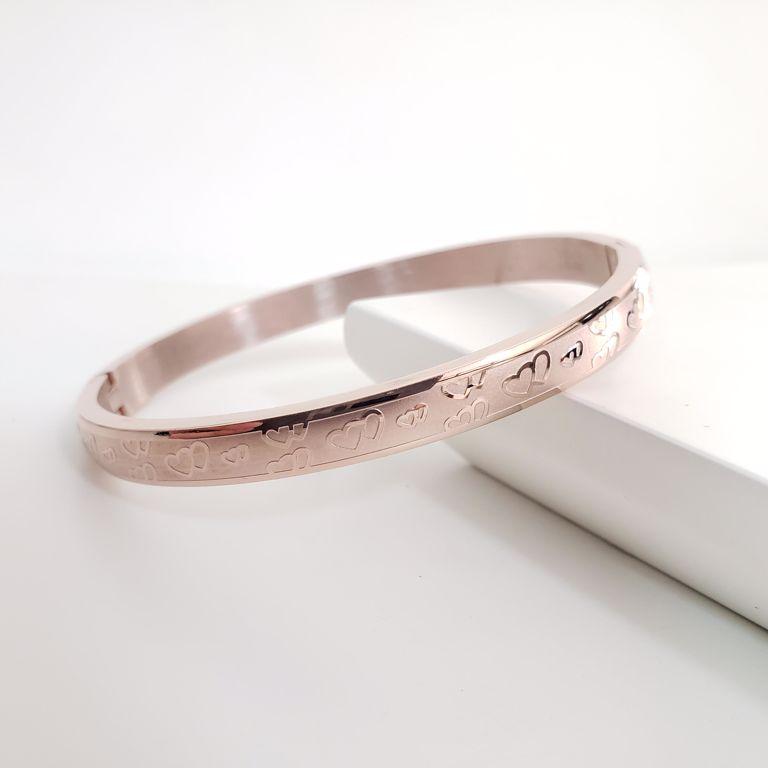 Bracelete Abaulado Escovado com Desenhos Coração Banho Ouro Rosê Semijoia