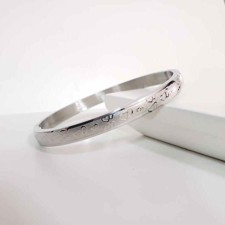 Bracelete Abaulado Escovado com Desenhos Coração Banho Ródio Branco Semijoia